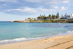 Resa, semestra, sommarbegreppet - den härliga landskapstranden, den Cypern ön, medelhavet Fantastiskt blått hav och Arkivfoto
