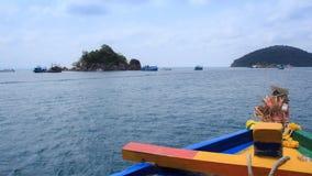 Resa skeppet på havet och ön, sikt från passagerareskeppet arkivfoton