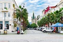 Resa till Europa eller ett varmt land - den centrala hemtrevliga gatan för den förberedande stenen för staden med härliga hus, by arkivfoto
