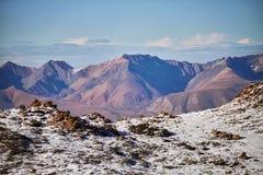 Resa till och med Altai berg till Aktru Fotvandra till snöig maxima av Altai berg Överlevnad i hårda villkor, härlig natur royaltyfri bild