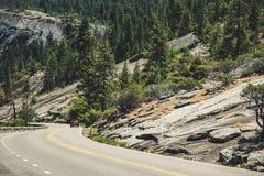 Resa till och med nationalparkerna av Förenta staterna Väg till Yosemite royaltyfria bilder