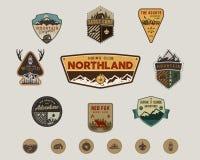 Resa utomhus- emblemsamling Spana lägeremblemet som är fastställt och fotvandrar klistermärkear, symboler Dragen design för tappn stock illustrationer