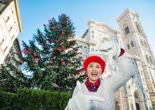 Resa vännen som inramar med händer nära Duomo i jul Florence Fotografering för Bildbyråer