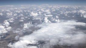 Resa vid luft ovanför moln Sikt till och med ett flygplanfönster stock video