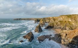Resaca alrededor de pilas del mar, pasos de Bedruthan, Cornualles fotos de archivo libres de regalías