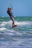 Resaca atletic joven de la cometa del montar a caballo del hombre en un mar Fotografía de archivo