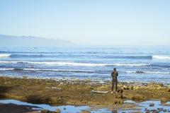 Resaca de las personas que practica surf en las ondas Imagen de archivo