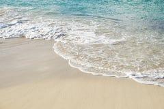 Resaca del Caribe sobre Sandy Beach imagenes de archivo