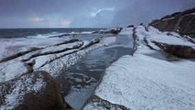 Resaca del invierno, y saludo en una playa de piedra metrajes