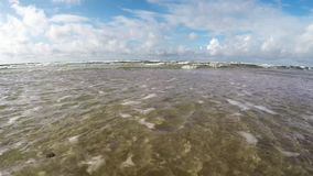 Resaca del mar Báltico, cámara en la resaca almacen de video