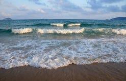 Resaca del mar en el fondo de nubes hermosas Imágenes de archivo libres de regalías