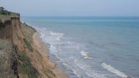 Resaca del mar en la costa en día de verano soleado