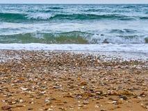 Resaca del mar en la orilla imágenes de archivo libres de regalías