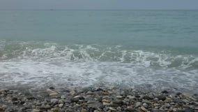 Resaca del mar en la playa Día de verano asoleado Fondo natural almacen de video