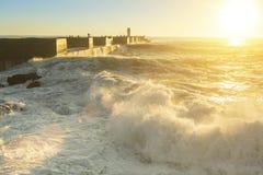 Resaca del océano cerca del embarcadero durante una puesta del sol imponente Viajes fotos de archivo