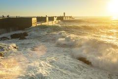 Resaca del océano en el embarcadero durante puesta del sol asombrosa Naturaleza imágenes de archivo libres de regalías