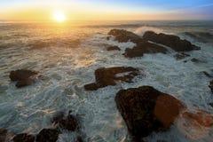 Resaca del océano en las rocas durante puesta del sol asombrosa Naturaleza imagenes de archivo