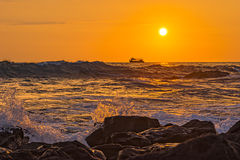 Resaca del océano en la isla grande Hawaii los E.E.U.U. de Kailua Kona de la puesta del sol Imagenes de archivo