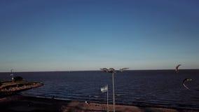 Resaca del viento con la luna en Buenos Aires