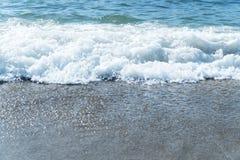 Resaca en la costa costa Fotografía de archivo libre de regalías