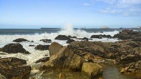 Resaca en la costa rocosa de Océano Atlántico, Portugal Naturaleza fotografía de archivo
