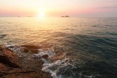 Resaca en la costa rocosa durante puesta del sol Viajes fotografía de archivo