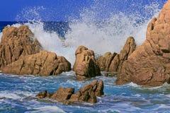 Resaca en las rocas Fotografía de archivo libre de regalías
