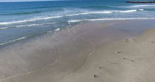 Resaca fría del otoño en la playa en Pomorie, Bulgaria almacen de video