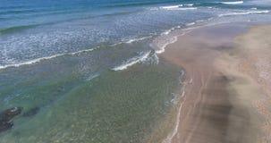 Resaca multicolora del Mar Negro en Pomorie, Bulgaria almacen de metraje de vídeo