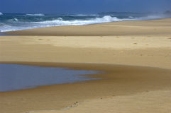 Resaca, playa y piscina de marea   Foto de archivo