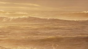 Resaca que se rompe en una playa metrajes