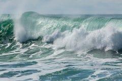 Resaca rodante en la costa del norte de Cornualles, Reino Unido - 7 de la turquesa, azul y blanca imagenes de archivo