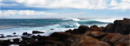 Resaca salvaje y rocas costeras Imagenes de archivo