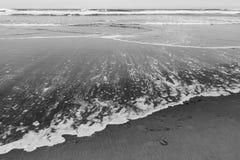 Resaca y arena Foto de archivo