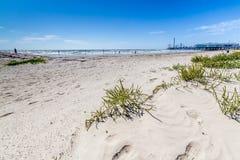 Resaca y arena hermosas en una playa del océano del verano. Foto de archivo