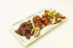 Resaca y césped, langosta frita y participación jugosa con un adorno de verduras fritas Imagenes de archivo