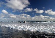Resaca y nubes Fotos de archivo libres de regalías