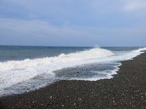 Resaca y ondas del mar que se estrellan sobre la playa fotografía de archivo