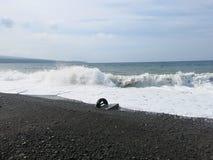 Resaca y ondas del mar que se estrellan sobre la playa imagen de archivo libre de regalías