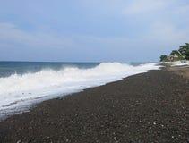 Resaca y ondas del mar que se estrellan sobre la playa imagen de archivo