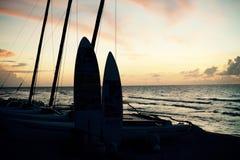 Resaca y puesta del sol Imagen de archivo