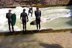 Resacas de la persona que practica surf en el Isar en enorme Imágenes de archivo libres de regalías