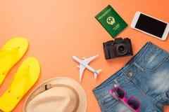 Resande begrepp för sommar Semestertillbehör på orange backgro Arkivfoto