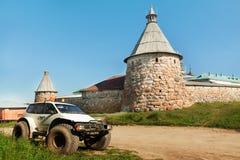 Resande extrem bil i historiskt ställe Arkivbilder