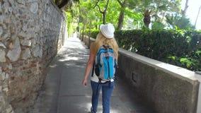Resande för ung kvinna i den Capri ön stock video