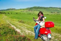 Resande för ung kvinna vid en sparkcykel Arkivfoton