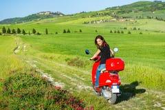 Resande för ung kvinna vid en sparkcykel arkivbild