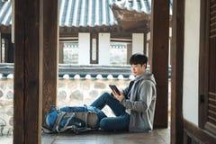 Resande för ung man i Korea Arkivfoton
