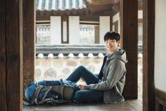 Resande för ung man i Korea Koreanskt traditionellt hus Arkivbild
