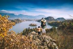 Resande familj som ser på Bled sjön, Slovenien, Europa royaltyfri bild